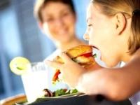 Дитяче ожиріння: чому батьки дозволяють дітям набирати вагу?