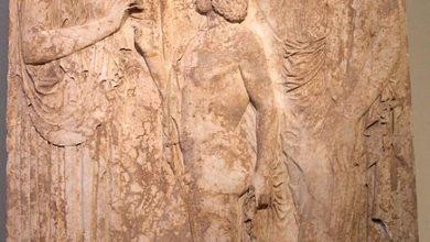 Тріптолем поміж Деметрою та Персефоною, Національний археологічний музей (Афіни)
