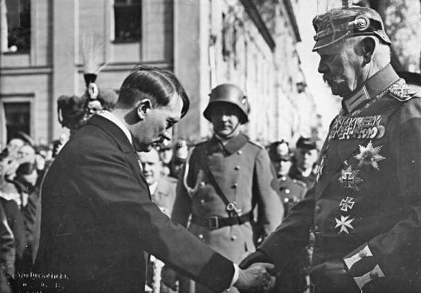 Адольф Гітлер та Пауль фон Гінденбург, 21 березня 1933 року