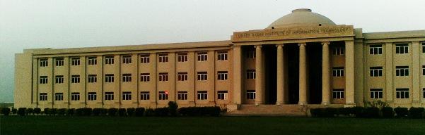 Університет Карачі (англ. University of Karachi) є найбільшим університетом в Пакистані, там навчаються 24 000 студентів. При університеті діє астрономічна обсерваторія — Карачинська університетська обсерваторія.
