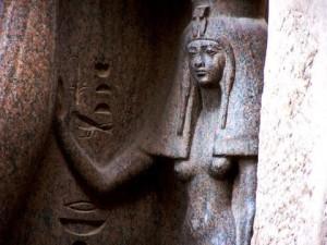 Арсіноя IV була молодшою сестрою Клеопатри, цариці з династії Птолемеїв