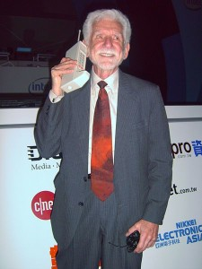 Творець DynaTAC 8000X доктор Мартін Купер здійснив перший приватний стільниковий дзвінок у 1973 році за допомогою дещо більшого прототипу.