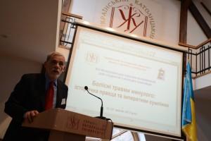 Дослідник Марко Царинник під час своєї доповіді