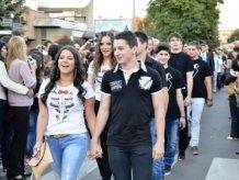 Сербські випускники замість купівлі святкових суконь і костюмів віддали гроші хворим дітям