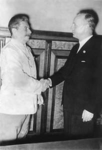 Ріббентроп та Сталін після підписання пакту.