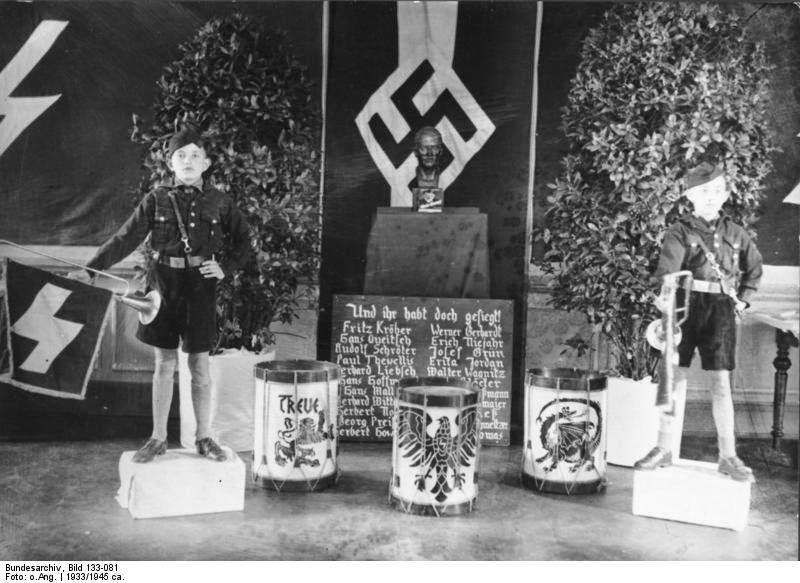 Почесний караул біля бюста Гітлера