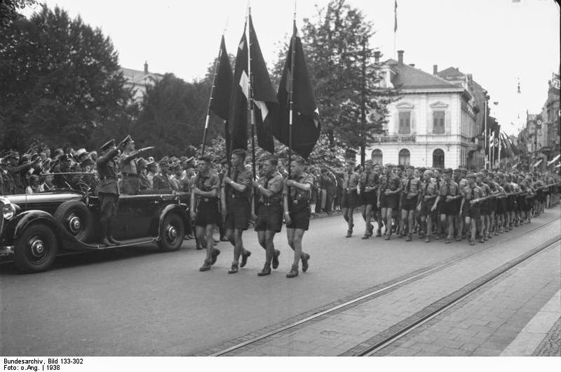 Гітлерюгенд на параді
