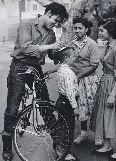 Елвіс Преслі роздає автографи, Німеччина, 1959