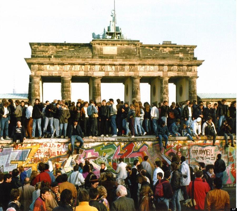 Люди піднімаються на Берлінську стіну , 10 листопада 1989