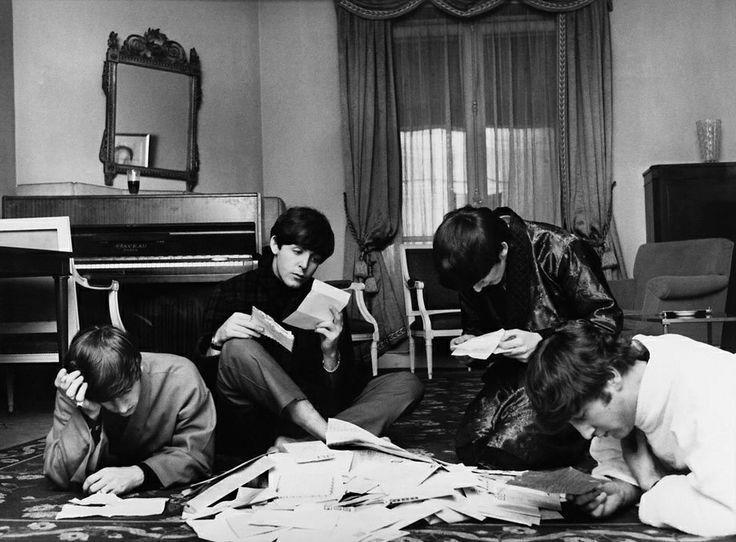 The Beatles читає пошту фанів, 1964